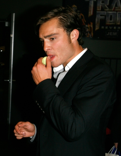 Ed_Westwick_Chuck_Bass_from_Gossip_Girl_with_eos_Honeysuckle_Honeydew_lip_balm_3